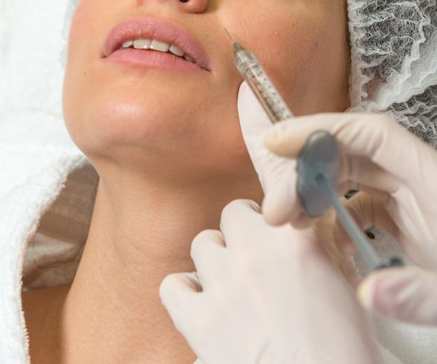 Primo piano di iniezione cosmetica