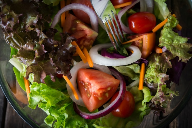 Primo piano di insalata di verdure fresche.