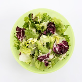 Primo piano di insalata vegetariana in ciotola verde