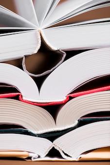 Primo piano di libri aperti con copertine di colori diversi