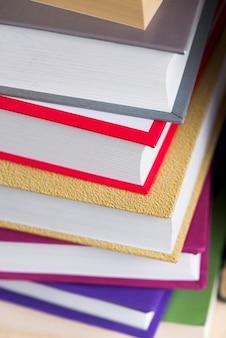 Primo piano di libri con copertine colorate