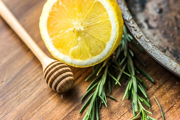 Primo piano di limone e rosmarino