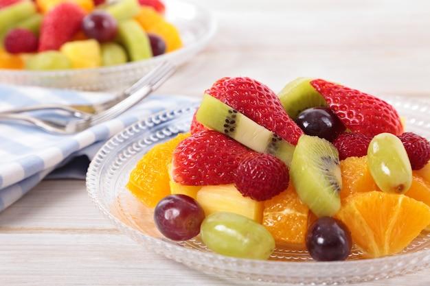 Primo piano di macedonia di frutta fresca