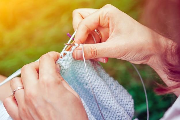 Primo piano di maglia giovane donna