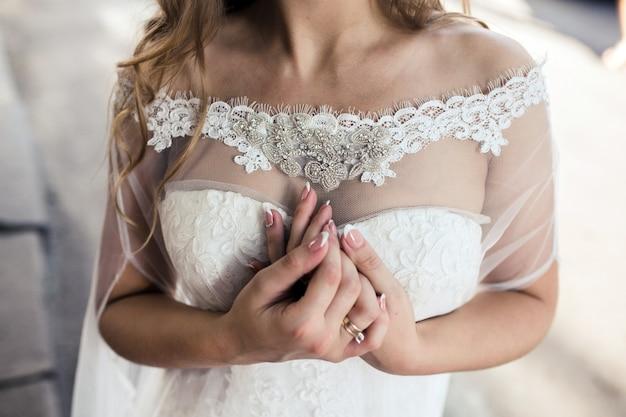 Primo piano di mani delicate della sposa