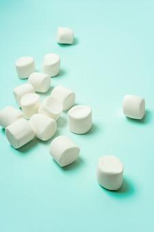 Primo piano di marshmallow su turchese