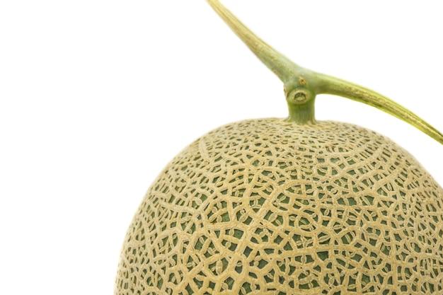 Primo piano di melone isolato su sfondo bianco.