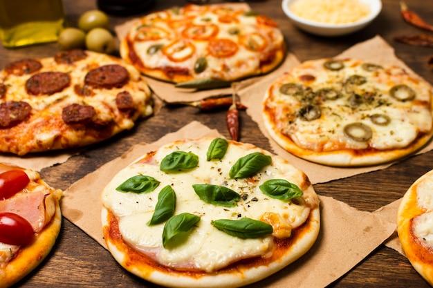 Primo piano di mini pizza sulla tavola di legno