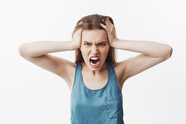 Ritratto di giovane donna caucasica arrabbiata con capelli ...
