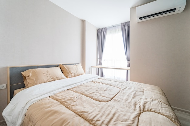 Primo piano di nuovo letto comfort con testata cuscini decorativi in camera da letto in casa