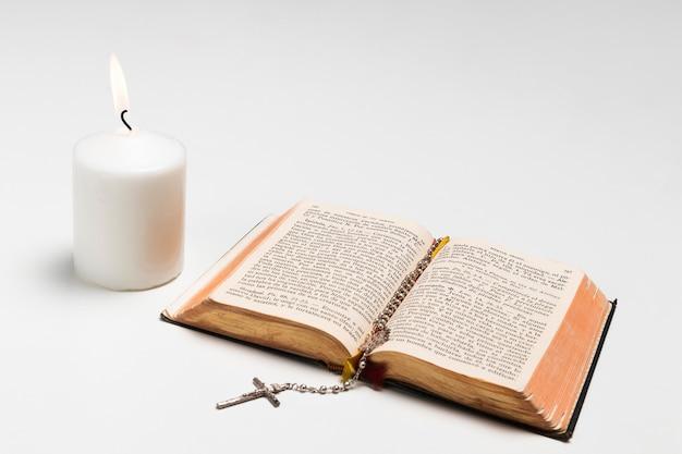 Primo piano di pane e candela accesa
