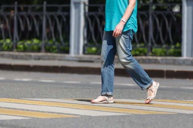 Primo piano di persona che cammina sulla strada