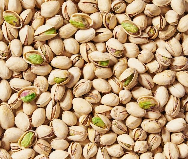 Primo piano di pistacchi. vista dall'alto. gustosi pistacchi come sfondo, come trama di pistacchi.