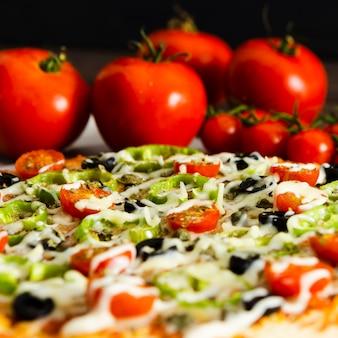 Primo piano di pizza e pomodori italiani