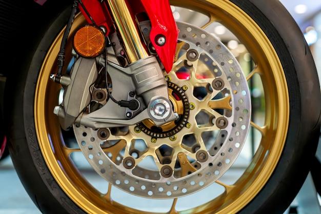 Primo piano di pneumatici e piatto cuocere di moto sportiva (grande bici)