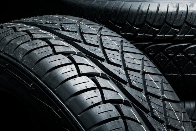 Primo piano di pneumatici nuovi