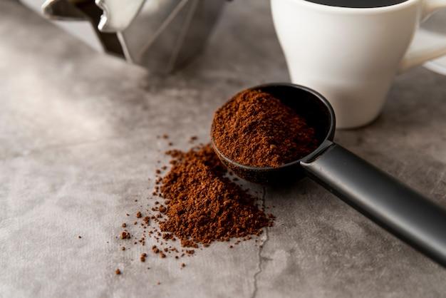 Primo piano di polvere di caffè in un cucchiaio