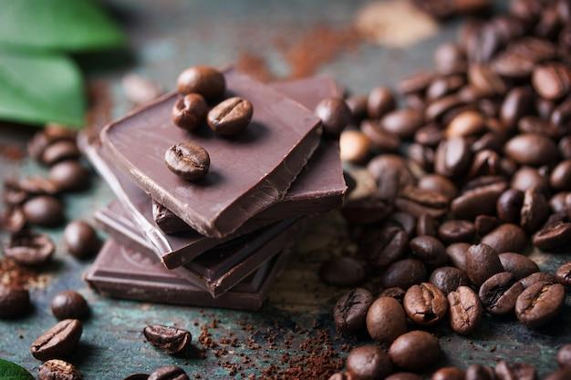 Primo piano di porzioni di cioccolato con chicchi di caffè