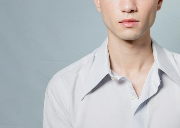Primo piano di posa uomo in camicia