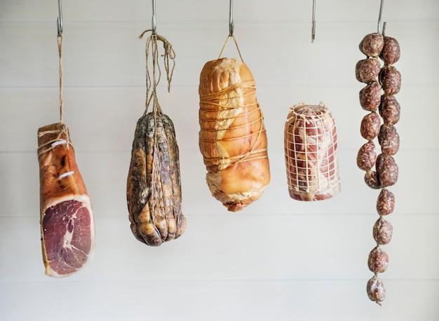 Primo piano di prodotti a base di carne di salumi