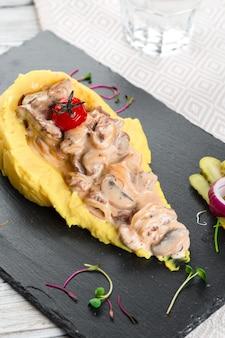 Primo piano di purè di patate con salsa di funghi