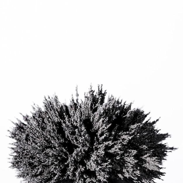 Primo piano di rasatura metallica magnetica su sfondo bianco