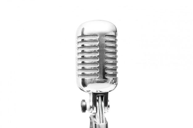 Primo piano di retro microfono d'annata isolato su bianco