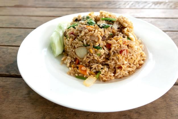 Primo piano di riso fritto con carne di maiale.