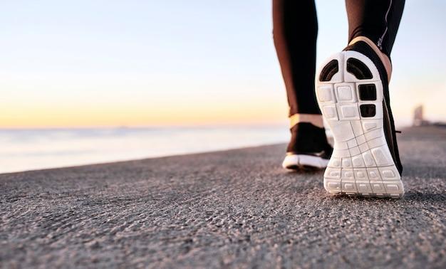 Primo piano di scarpe sportive sul percorso di cemento