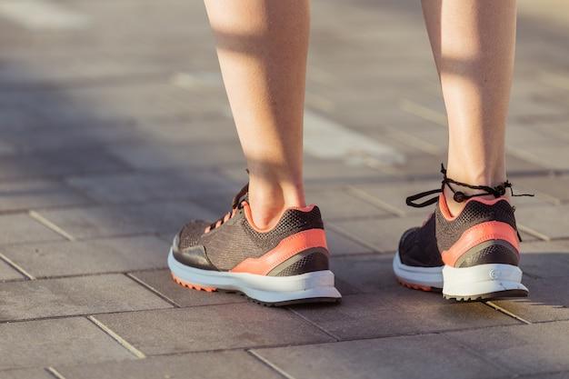 Primo piano di scarpe sportive