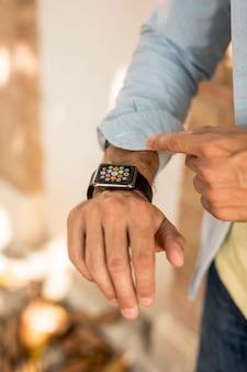 Primo piano di smartwatch sulla mano dell'uomo