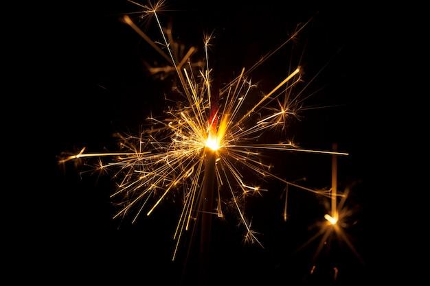 Primo piano di sparkler su sfondo nero
