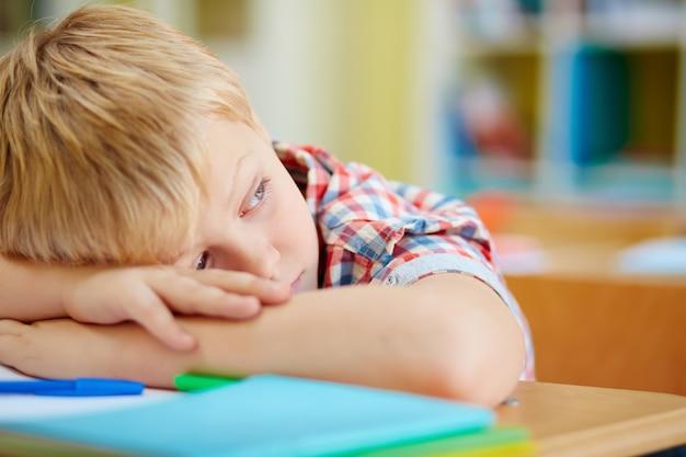 Primo piano di stanco studente elementare