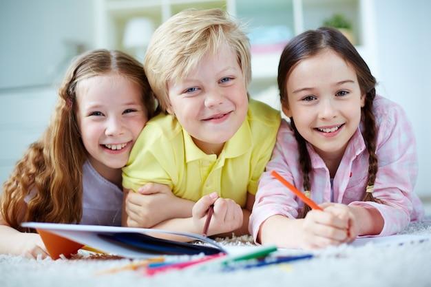 Primo piano di studenti elementari hanno divertimento