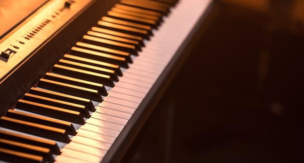 Primo piano di tasti di pianoforte, su un bellissimo sfondo colorato, il concetto di strumenti musicali