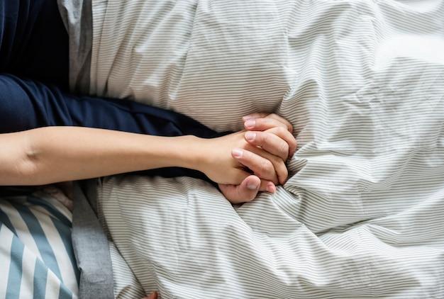 Primo piano di tenersi per mano delle coppie
