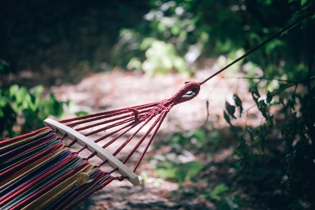 Primo piano di un'amaca a strisce in natura all'aperto