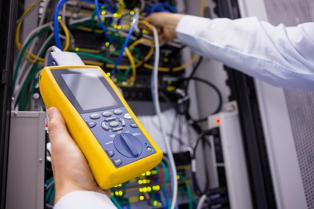 Primo piano di un analizzatore digitale via cavo