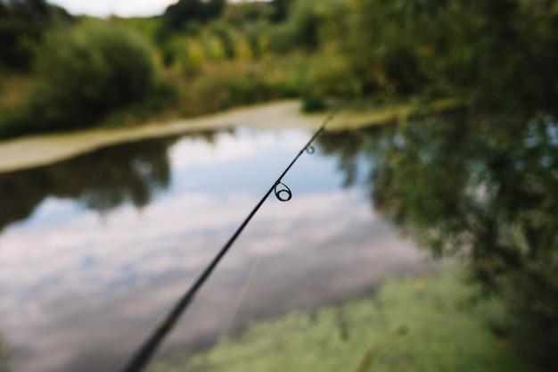 Primo piano di un anello di canna da pesca vicino al lago