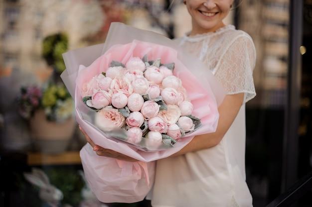 Primo piano di un bouquet con peonie rosa