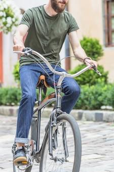 Primo piano di un ciclista maschio in sella alla bicicletta