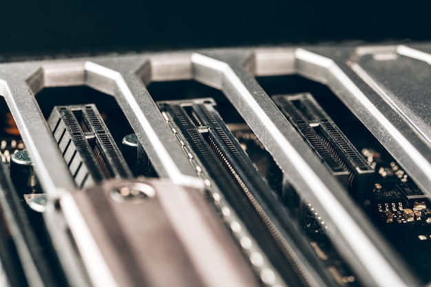 Primo piano di un circuito elettronico con processore