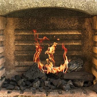 Primo piano di un firepit ardente
