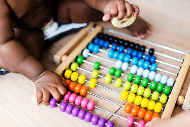 Primo piano di un giocattolo di abaco nella sala giochi