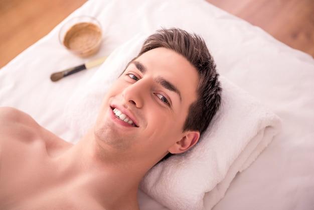 Primo piano di un giovane maschio che ottiene trattamento della stazione termale.
