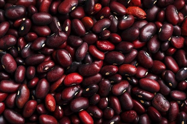 Primo piano di un grano dei semi del fagiolo rosso. la consistenza dei legumi.