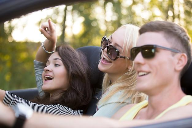 Primo piano di un gruppo di amici in cabriolet