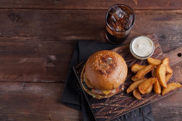Primo piano di un gustoso hamburger con snack.