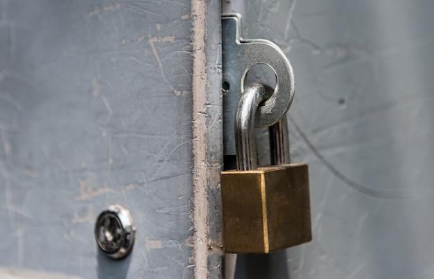Primo piano di un lucchetto chiuso a chiave