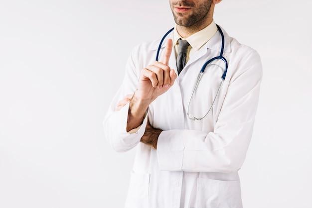 Primo piano di un medico maschio che punta il dito indice
